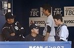 6回2失点してベンチから支持を受ける岡田投手と松井捕手