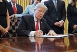規制緩和を行う大統領令に署名するトランプ大統領
