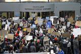 トランプ大統領の入国制限に反発した市民が空港に集結