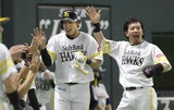 1回に先制のホームを踏んだ柳田と盛上げる松田