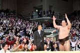 観客と一緒に万歳の音頭を取る横綱白鳳