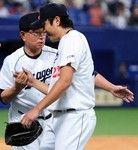 完投の大野投手をねぎらう高木監督