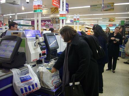 スーパーの無人レジ