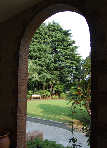 べ−リックホール窓からのぞく庭