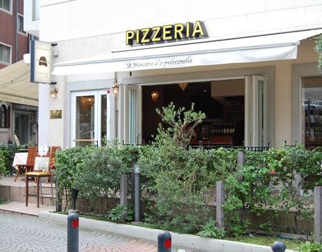 川沿いのイタリアンレストラン