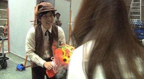 嵐、二宮和也と伊藤綾子アナの交際をほぼ確定と言っていい否定できない画像が流出wwwww!「同じTシャツに花が・・」2ch「ジャニオタ怖い・・」