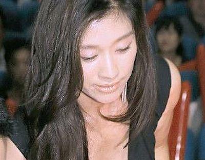 【画像】篠原涼子さん、表彰式でお●ぱいを出しすぎてしまうwwwwwww