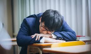 男が居眠り←スルー 女性がのど飴(風邪対策)←8時間リンチ