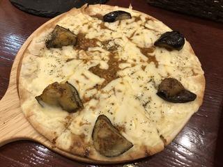 CFarmの揚げ茄子とキーマカレーのピザ