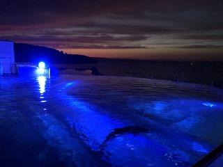 イルカプールと夜の海