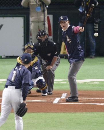 ONが夢の対決、球場沸かす 名球会で始球式 名球会イベントが11日、福岡... ONが夢の対決、