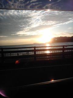 江ノ島にかかる夕陽