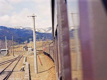 八森駅に進入する『急行 津軽』(1983年)