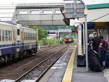 『鰺ケ沢駅』。混雑した画像は、1枚もありませんでした。これは、『くまげら』が入ってきたところ。