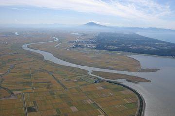 津軽平野を流れる岩木川。注いでいるのは海ではなく、十三湖です。遠く見えるのは、独立峰岩木山。