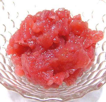 果肉まで赤いリンゴ、『御所川原』のジャムです。皮を剥いてざく切りにし、砂糖を加えて煮ただけで、こんな色合いに仕上がるそうです。