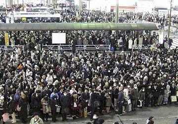 渋谷駅でのバス待ちの行列。深夜になっても乗れなかったそうです。