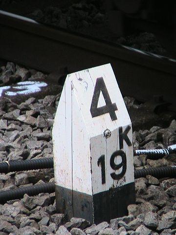 線路脇に距離標が設置されてますから