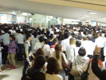 駅構内だって、人並みをかき分けて歩かにゃならん