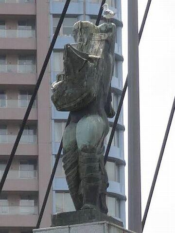 「メッセンジャー」と名づけられた彫像
