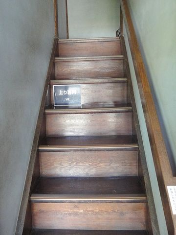 玄関からまっすぐ抜けた廊下の途中にある階段