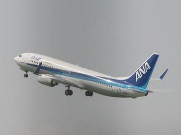 福岡空港を離陸する全日空機