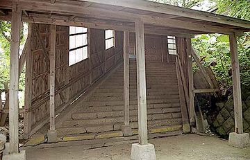 駅からホームまで、長い階段があるんです