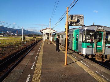 『中田駅(ちゅうでんえき)』に停車するディーゼル車。牟岐線は、全線単線非電化路線。