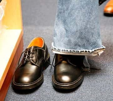 ジーパン履いてても、靴だけ革靴?
