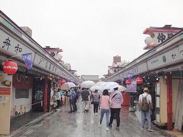 いきなり仲見世><br> ↑「み」<br> <br>  雷門前は、傘を差して自撮り棒を掲げてる外国人(アジア系)などが多く……。<br>  写真を撮る気をなくしたんだと思います。<br> <img src=