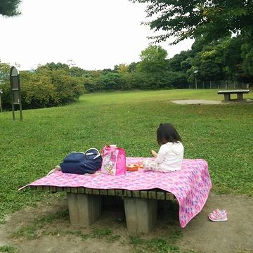 もちろん、この子がひとりで食べてるのではありません。お母さんが写真を撮ってるのです。