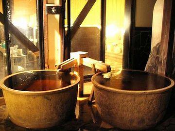 壷のような湯船がふたつ、並んでました
