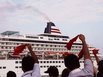 鳥羽を出港する豪華客船『飛鳥Ⅱ』。鳥羽では、赤いハンカチを振るのが習わしだとか。