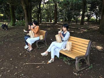 公園のベンチで食べたり
