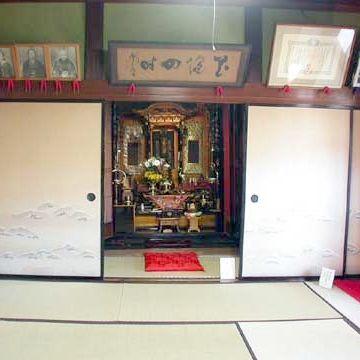 仏間には、仏壇の前に、経台と座布団、巨大な木魚などがあります