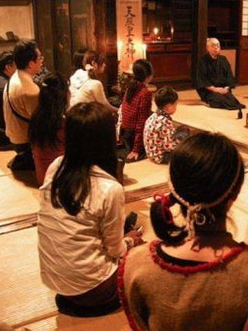 真山伝承館・女性は、畳の上に、ジカに正座