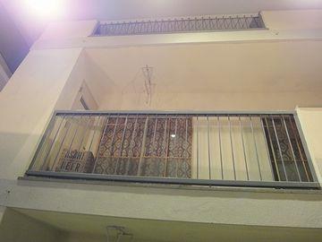 ベランダの出入口から、建物上階を見あげたもの