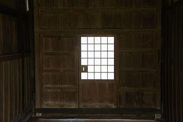 玄関の板戸が、ガタガタと揺れてた