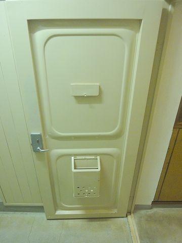 ドアの上半分の方に、フラップのようなものがあります