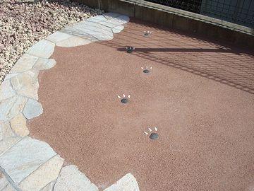 固まる性質を利用して、舗装材の素材としても使われてます