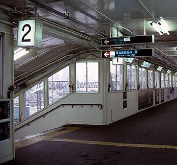 『青函連絡船のりば』の案内表示があるころの青森駅跨線橋(1988.1.15)
