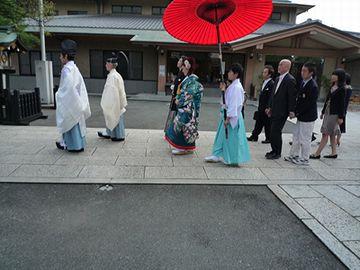神主さんの袴の色が、浅葱色です