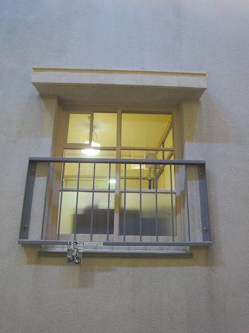 六畳間の窓
