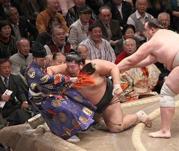 ラリアットをくらい、土俵下に飛ばされる木村庄三郎