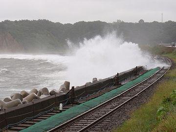 高波で線路の路盤が流出し、列車が転落したんです