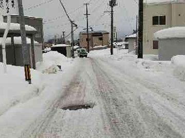 道路の際は、除雪された雪