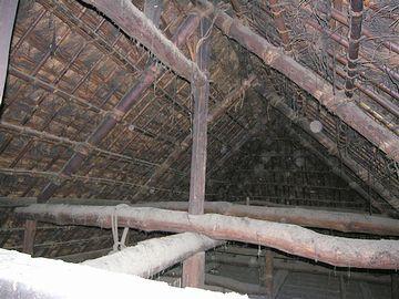 藁葺きの屋根裏です