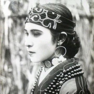 本物のアイヌには、エキゾチックな顔立ちの人が多かったようです(画像は、1920年代のアイヌ人女性)。