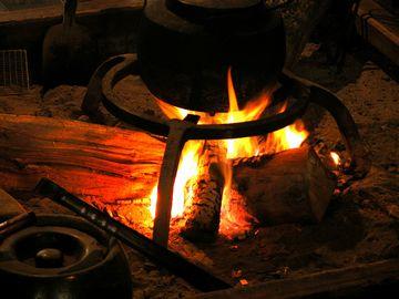 ある夜、消えそうな火に、新しい薪を足したところでした