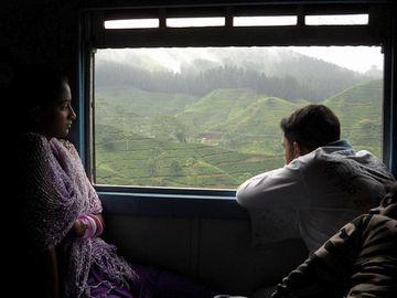 スリランカの車窓。見えてるのは紅茶の段々畑。
